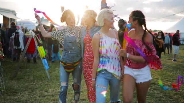 gruppe von freunden zu fuß durch festival - musikfestival stock-videos und b-roll-filmmaterial