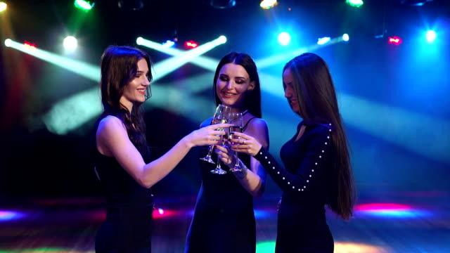 Un grupo de chicas bebiendo champán en una fiesta. - vídeo