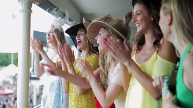 yarış günü kız grubu - horse racing stok videoları ve detay görüntü çekimi