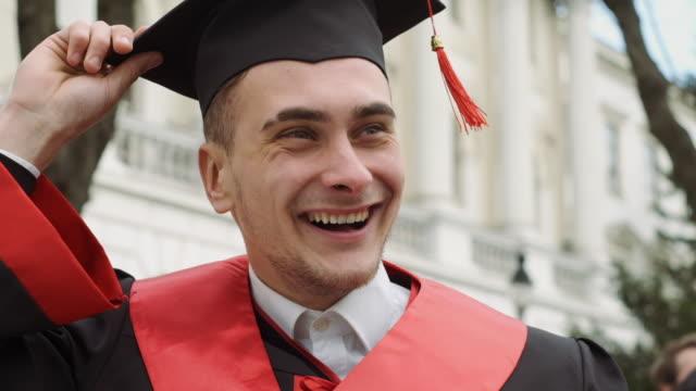 vídeos y material grabado en eventos de stock de grupo de estudiantes felices. - graduación