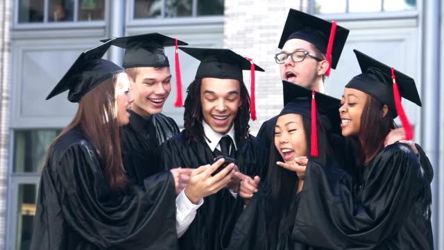 Gruppe von Abiturienten nehmen selfie – Video