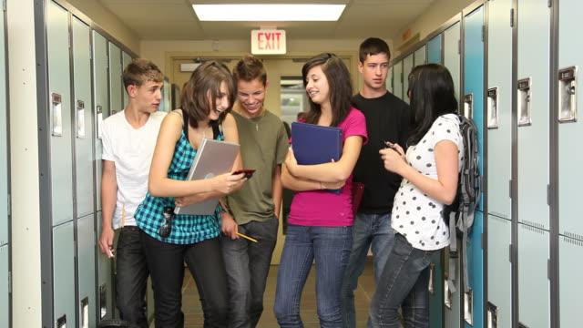 vídeos de stock, filmes e b-roll de grupo de alunos do ensino médio em corredor - armário com fechadura