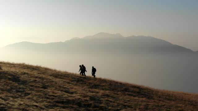 gruppe von wanderungen erkunden sie alpine wanderwege - freizeitaktivität im freien stock-videos und b-roll-filmmaterial