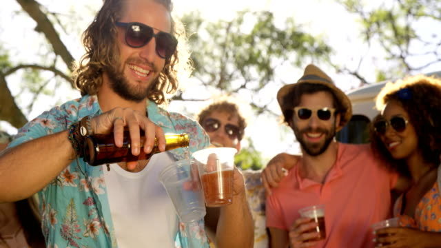 grupp hipster vänner dricka öl - 20 29 år bildbanksvideor och videomaterial från bakom kulisserna