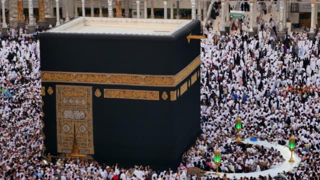 grupp av islamiska under bön i mekka - pilgrimsfärd bildbanksvideor och videomaterial från bakom kulisserna