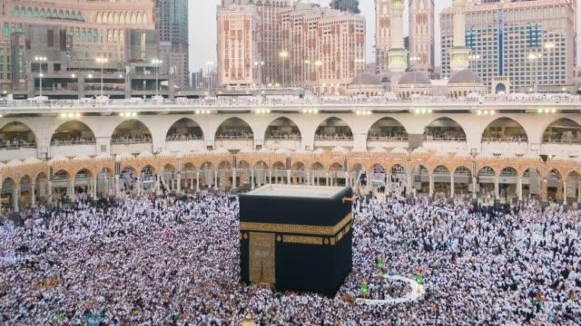 stockvideo's en b-roll-footage met groep van islamitische vrouwen tijdens het gebed in de moskee in saoedi-arabië - riyad