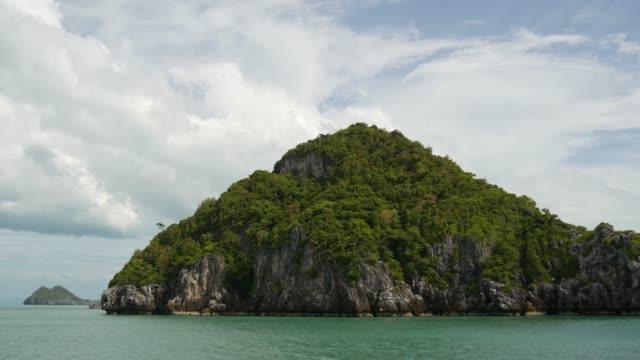 観光サムイパラダイストロピカルリゾートの近くのアントン国立海洋公園で海の島のグループ。タイ湾の群島。コピースペースを持つ牧歌的なターコイズブルーの海の自然背景 - サムイ島点の映像素材/bロール