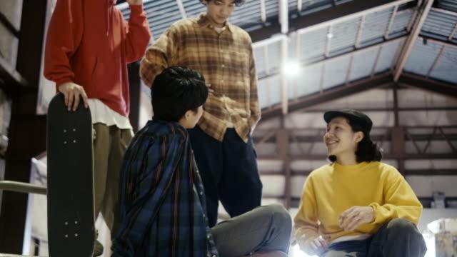 grupp av japanska skateboardåkare vänner umgås i skatepark - skatepark bildbanksvideor och videomaterial från bakom kulisserna