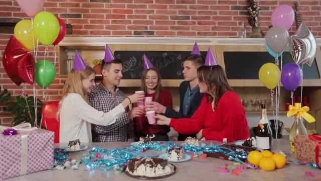 gruppe von fröhlichen freunde heben die gläser konzept der großen und erstaunlichen feier aufregung - champagner toasts stock-videos und b-roll-filmmaterial