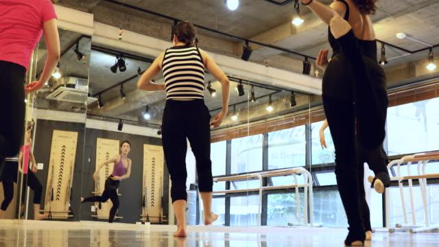 grup koreli kadın sınıfı bir stüdyoda dans etmeyi öğrenme - güney kore stok videoları ve detay görüntü çekimi