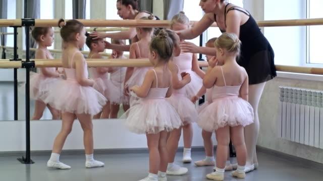 vídeos de stock e filmes b-roll de group of little ballet dancers - tule têxtil