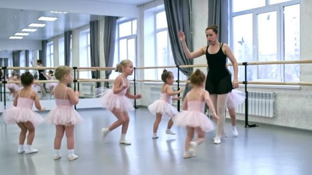 vídeos de stock e filmes b-roll de group of little girls in ballet class - tule têxtil