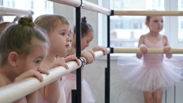 ダンス スタジオでの女の子のグループ - チュール生地点の映像素材/bロール