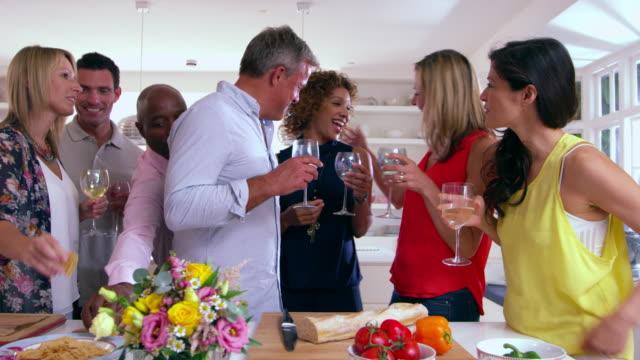 vídeos de stock, filmes e b-roll de grupo de amigos maduros de foto de desfrutar o jantar em r3d - plano médio