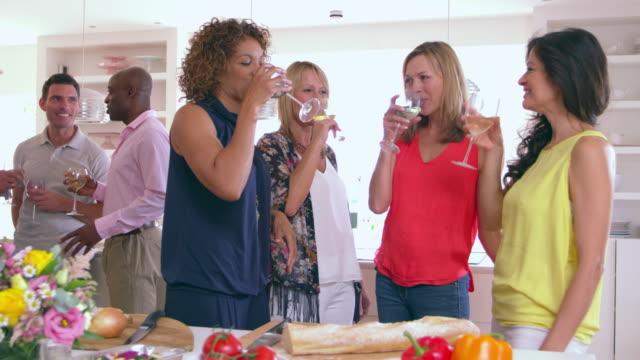 vídeos y material grabado en eventos de stock de madura grupo de amigos disfrutando de la cena en el escalofriante r3d - toma mediana