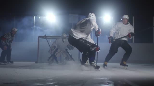 vidéos et rushes de groupe d'hommes jouant au hockey sur la patinoire - hockey sur glace