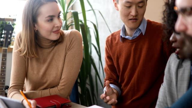 多民族ビジネスチームブレーンストーミンググループ - ビジネスマン 日本人点の映像素材/bロール