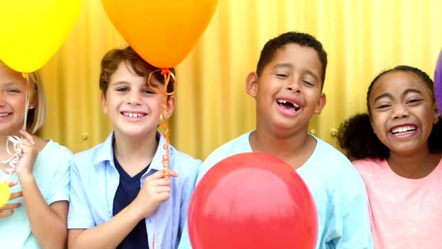 gülüyor, satırda ayakta çok etnik gruptan oluşan çocukların grup - ortam etkinlik stok videoları ve detay görüntü çekimi