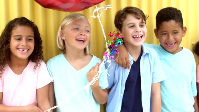 группа многоэтнических детей смеется, стоя в ряд - элемент здания стоковые видео и кадры b-roll