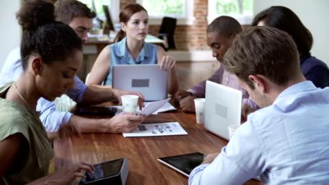 gruppo di lavoratori di ufficio riunioni per discutere idee - abbigliamento casual video stock e b–roll