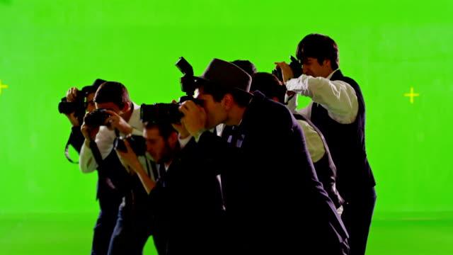 Gruppe von paparazzi. Fotoshooting auf grünen Bildschirm. Zeitlupe. Schuss auf roten fantastische Kino-Kamera. – Video