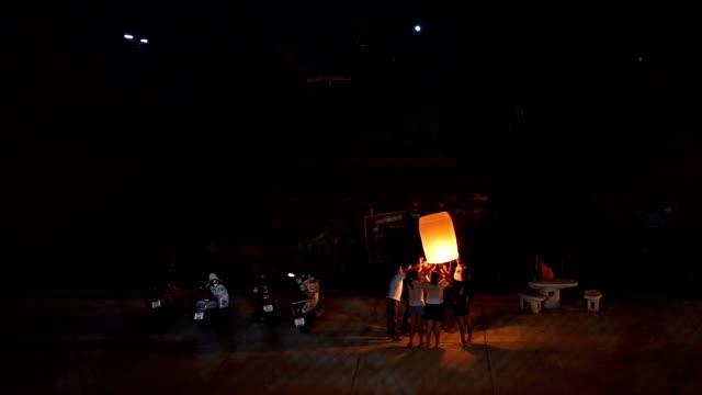 人とランタン、仏教の最後のグループを貸した日タイ - 豊富点の映像素材/bロール