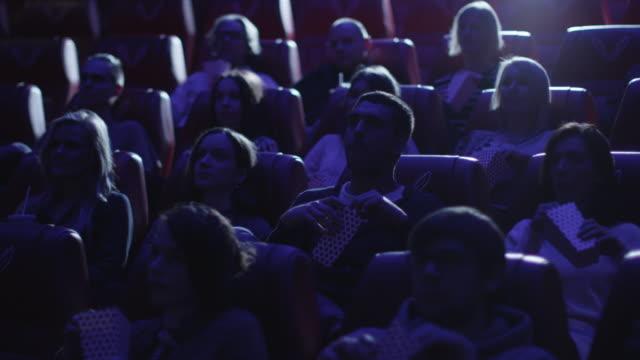 vidéos et rushes de groupe de personnes regardent un présentation du film dans un cinéma de cinéma. - cinéma