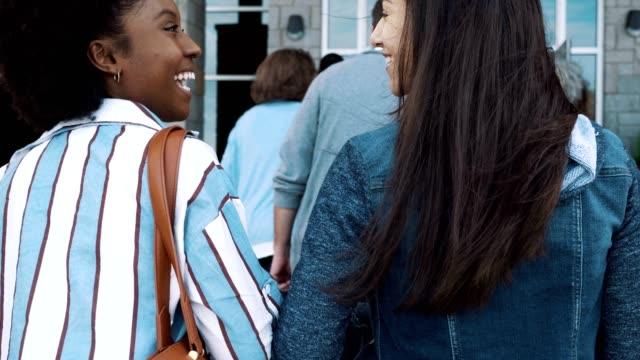 bir grup insan seçim günü bir sandık başına geliyor. - election stok videoları ve detay görüntü çekimi