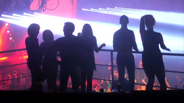 stockvideo's en b-roll-footage met groep mensen dansen in een vip-ruimte - dancing