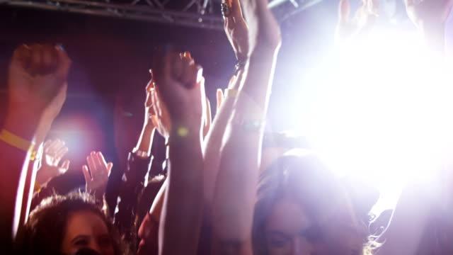 stockvideo's en b-roll-footage met groep mensen dansen tijdens een concert 4k - dancing