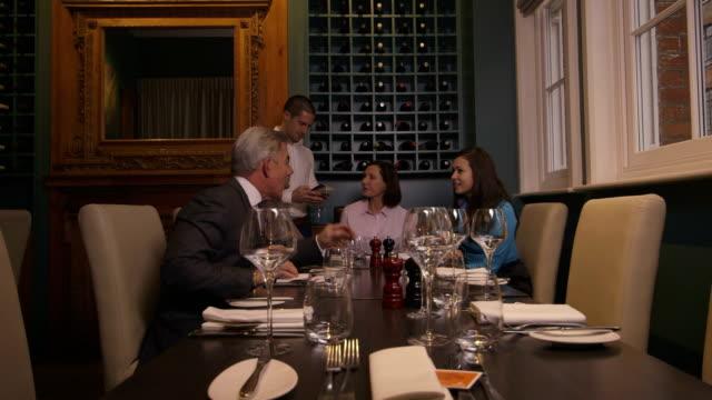 MS PAN grupo de personas que un almuerzo de negocios en el restaurante - vídeo