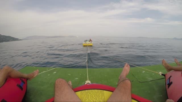 stockvideo's en b-roll-footage met groep mensen die plezier wordt getrokken door de zeilboot - opblaasband