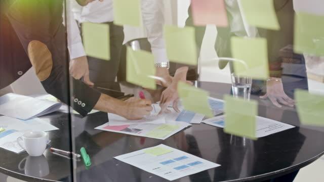 vídeos de stock e filmes b-roll de group of people in office meeting - tempestade cerebral