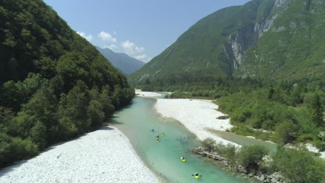 ANTENA: Grupo de pessoas, passeios de caiaque pelo rio e rodeado por uma natureza deslumbrante - vídeo