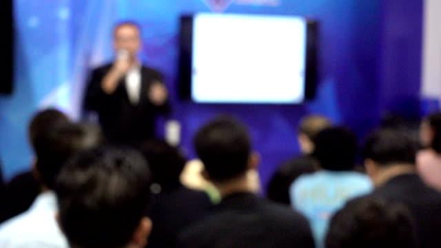 vídeos de stock e filmes b-roll de group of people listening to a presentation - orador público