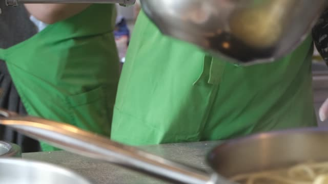 一組人用麵條製作義大利面,在烹飪大師班使用義大利面。 - 食物和飲品 個影片檔及 b 捲影像