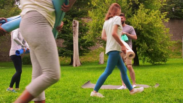 grupp människor möte för yoga klass på park - black woman towel workout bildbanksvideor och videomaterial från bakom kulisserna