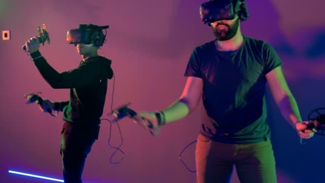 sanal gerçeklik oyunu oynayan kişi grubu - sanal gerçeklik stok videoları ve detay görüntü çekimi