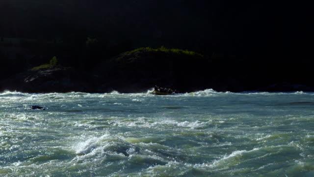 Eine Gruppe von Menschen Flöße auf einem Katamaran. – Video