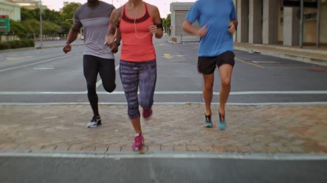 grup hızlı koşu çalışan insan - uzun adımlarla yürümek stok videoları ve detay görüntü çekimi