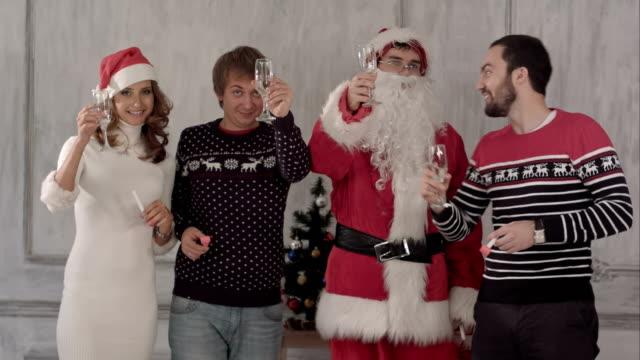 gruppe von personen bei der feier des weihnachtsfestes toasten und zusammen ihre gläser klirren - champagner toasts stock-videos und b-roll-filmmaterial