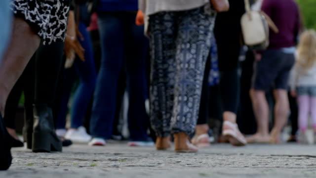gruppo di persone in fila - lungo video stock e b–roll