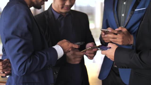 Grupo de personas con teléfonos celulares - vídeo