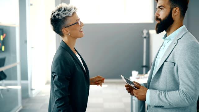 vídeos de stock e filmes b-roll de group of perspective designers discussing in office - envolvimento dos funcionários