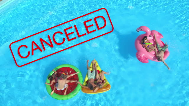 aerial: gruppe verspielter junger touristen genießen einen sonnigen sommertag am pool. - spring break stock-videos und b-roll-filmmaterial