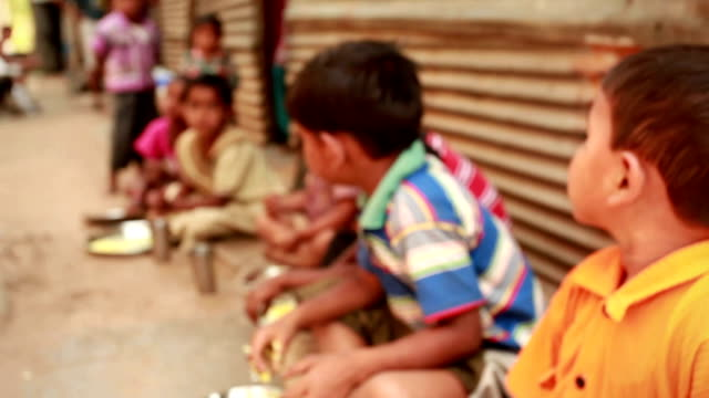 Grupo de niños comiendo comida rural pedir la educación - vídeo