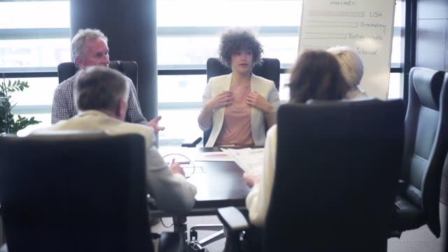 gruppe von älteren erwachsenen während geschäftstreffen - konferenztisch stock-videos und b-roll-filmmaterial