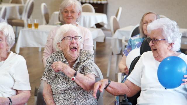 退職後の家でフィットネス クラスを楽しんでいる高齢者のグループ - 老人ホーム点の映像素材/bロール