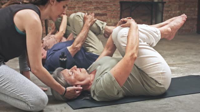 grupp av seniorer i en yogaklass - mature women studio grey hair bildbanksvideor och videomaterial från bakom kulisserna