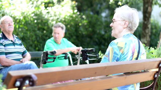 公園でアウトドアをリラックスした高齢者のグループ - 老人ホーム点の映像素材/bロール